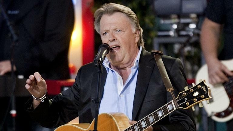 Sven-Erik Magnusson sjunger.