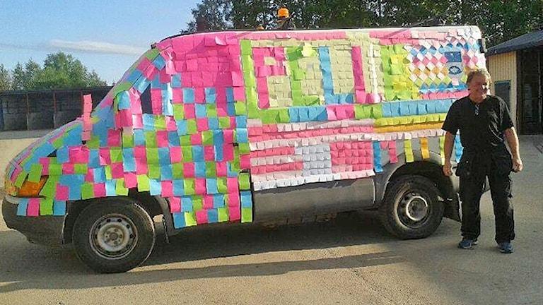 En bil full med post it-lappar. Foto: Henrik Willman.
