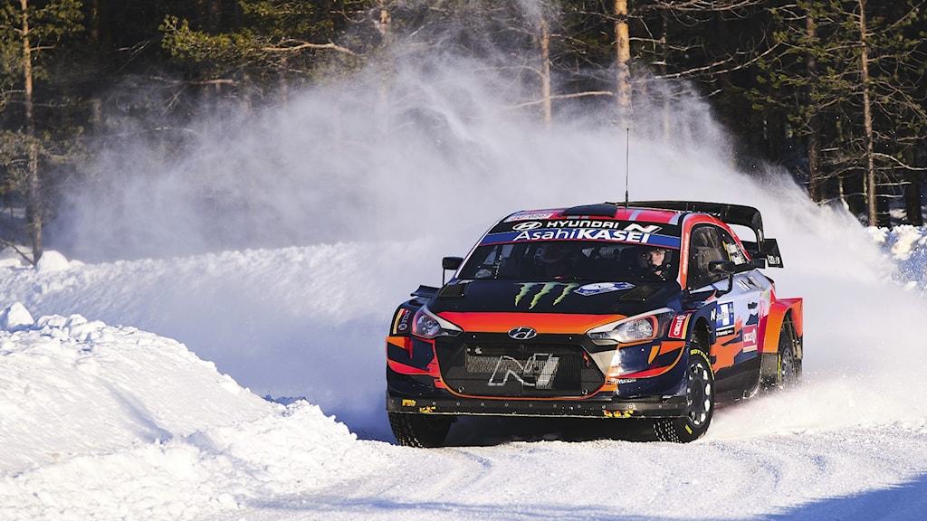 Oliver Solberg och kartläsaren Seb Marshall kör en rallybil på en finsk vinterväg. Foto: Hannu Rainamo / LEHTIKUVA/NTB.