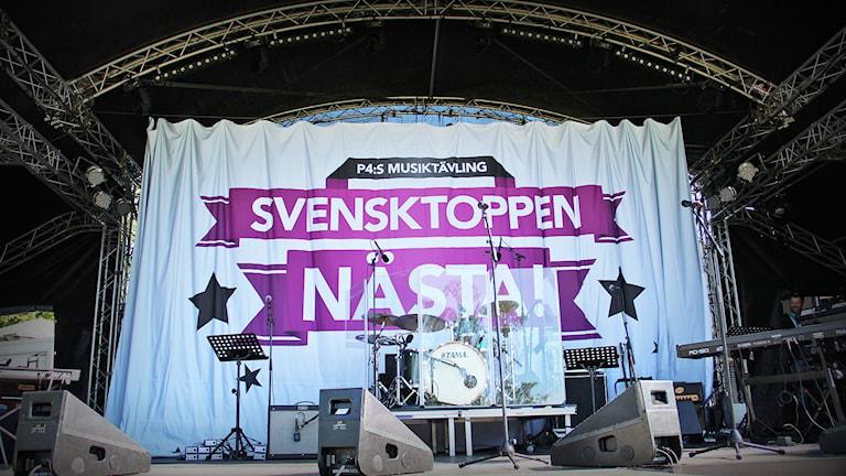 En musikscen med Sventoppen nästa-banner. Foto: Lars-Gunnar Olsson/Sveriges Radio.