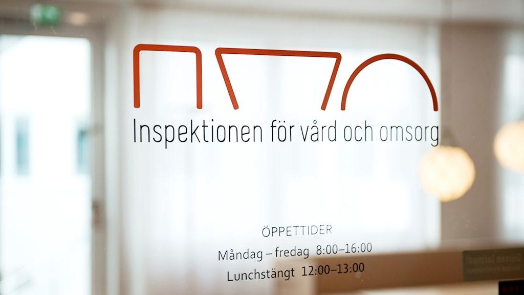 """Dörr med texten """"inspektionen för vård och omsorg"""". Foto: Vilhelm Stokstad/TT."""