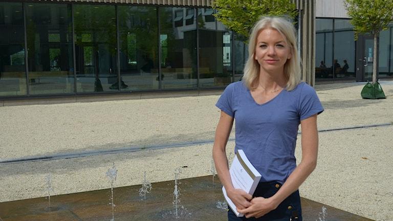 Blond ung kvinna i blå tröja