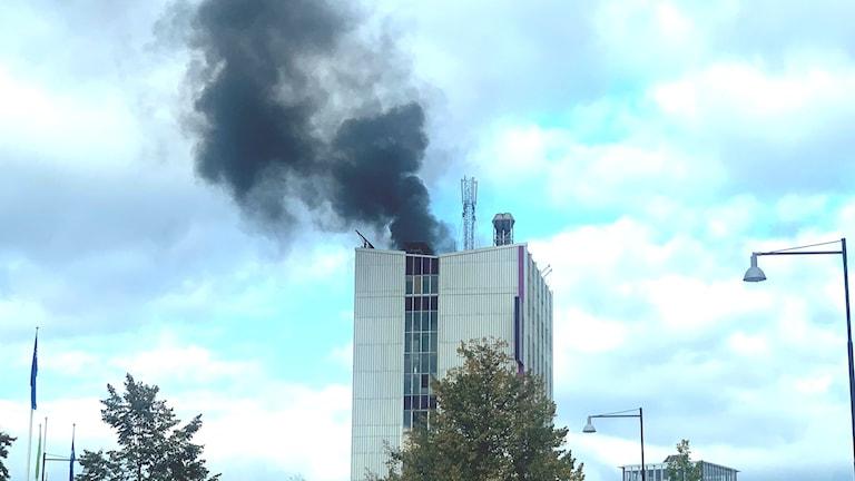 Svart rök stiger från Löfbergsskrapan. Foto: Daniel Viklund.