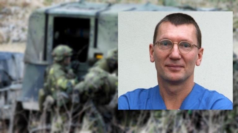 läkare i blå kläder mot fond av militärer
