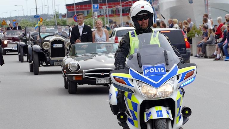 Först i studenternas bilkortege 2017, en MC polis.