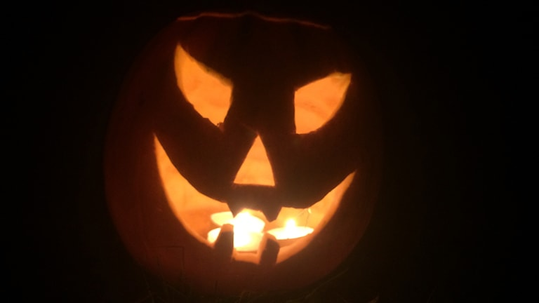 Halloween, pumpa med ljus i