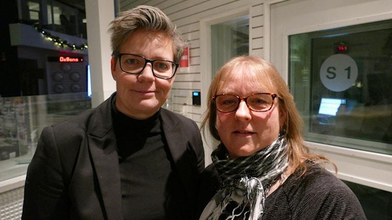 Porträtt utanför studion på Cilla Henriksson och Anette Medbom.