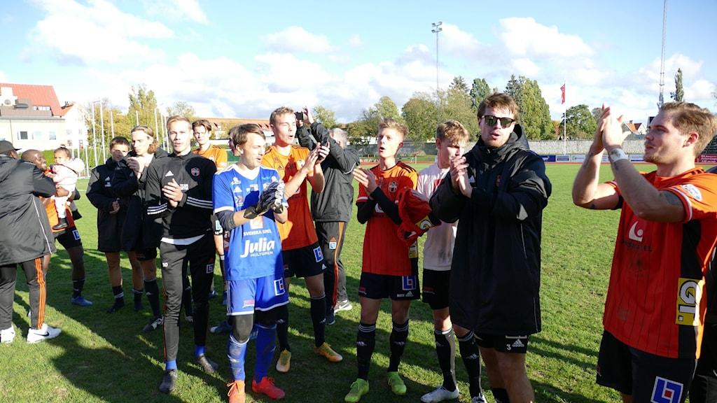 Fotbollsspelare klappar händer
