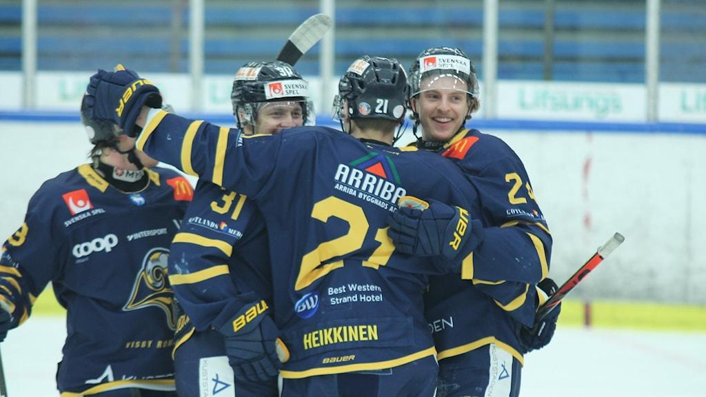 Fyra glada spelare i Visby Roma omfamnar varandra.