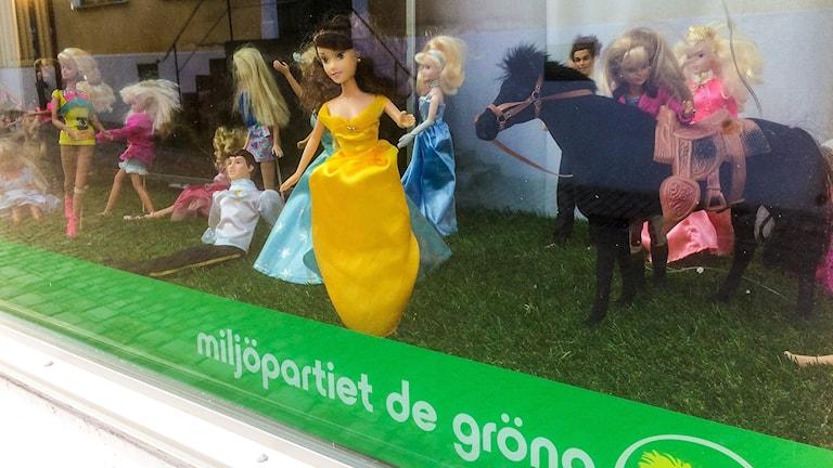 Barbiedockor i skyltfönster hos Miljöpartiet