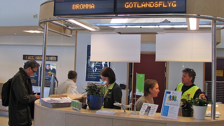 Flygpassagerare checkar in på Visby flygplats. Foto: Mika Koskelainen/SR Gotland