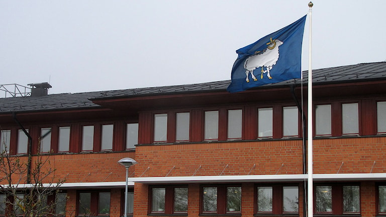 Länsstyrelsen i Visby med länsflaggan.