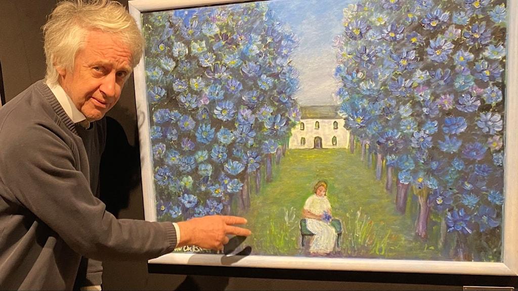 Bernt Kviberg visar Naemi Erikssons måleri