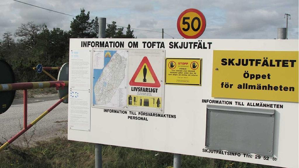 Infarten till Tofta skjutfält vid Blåhäll. Foto: Henrik Wallenius/SR Gotland