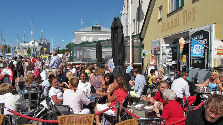 Uteservering i Visby hamn. Foto: Mika Koskelainen/SR Gotland