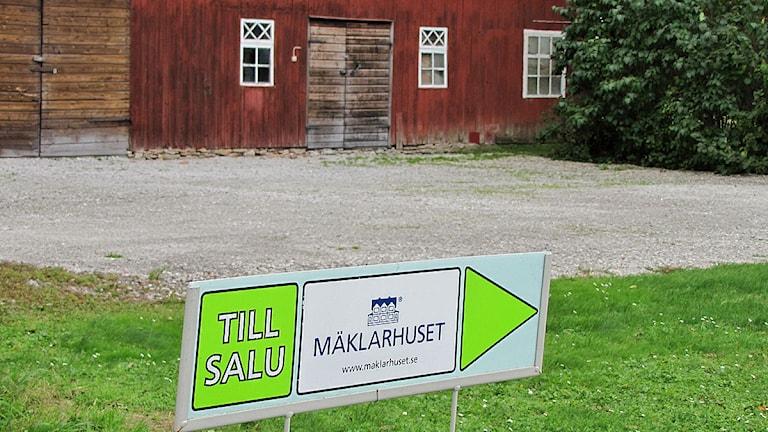 Skylt om hus till salu. Foto: Karin Persson/SR Gotland