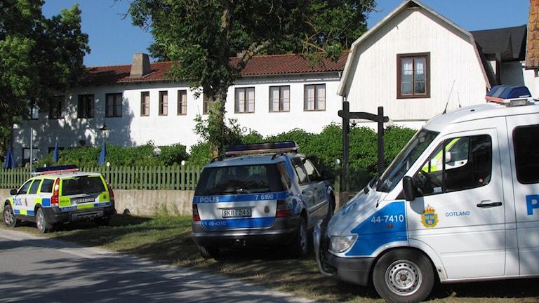 Katthammarsvik dagen efter försvinnandet. Polis på plats vid bröllopsfestlokalen. Foto: Katarina Hedström/SR Gotland