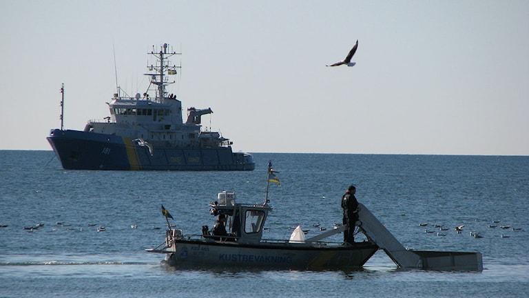 Kustbevakningen övar oljesanering utanför Slite. Foto: SR Gotland