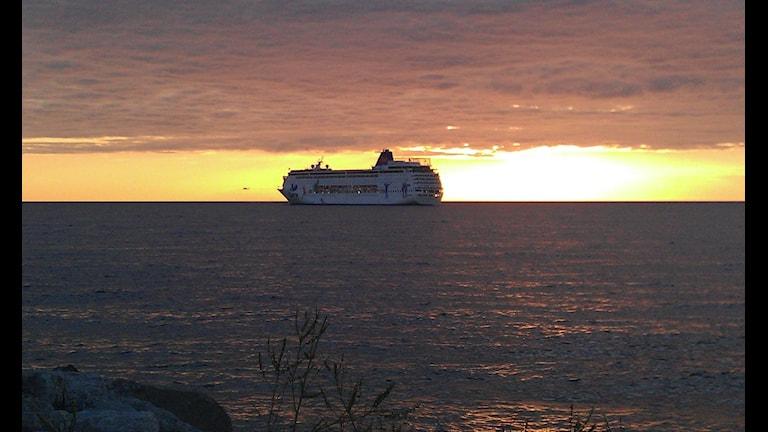 Kryssningsfartyg i solnedgång utanför Visby. Foto. Henrik Wallenius/SR Gotland