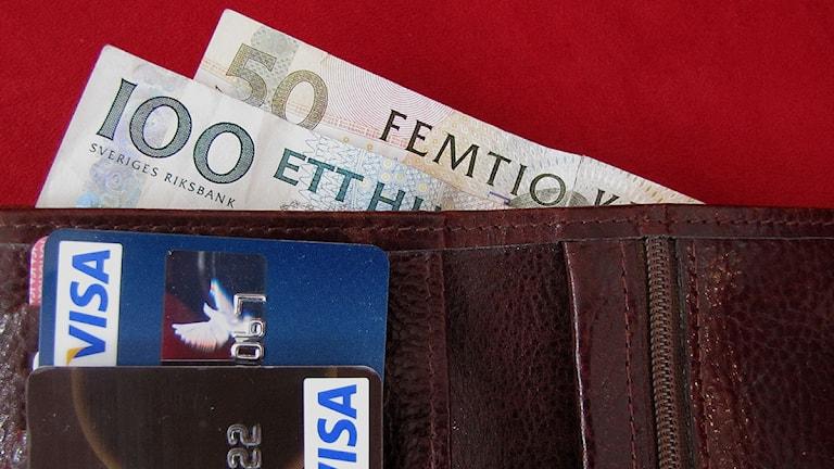 Plånbok med pengar och kontokort. Foto: Henrik Wallenius/SR Gotland