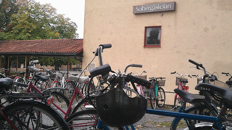 Cyklar vid Solbergaskolan. Foto: Henrik Wallenius/SR Gotland