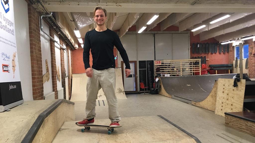 Carl S:t Clair Renard på skateboard.