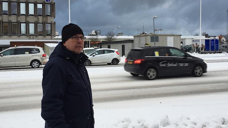 Teknikförvaltningens Anders Juhlin spanar ut över ön mest trafikerade vägsträcka.