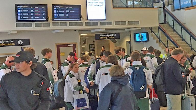 Många resenärer på Visby flygplats.