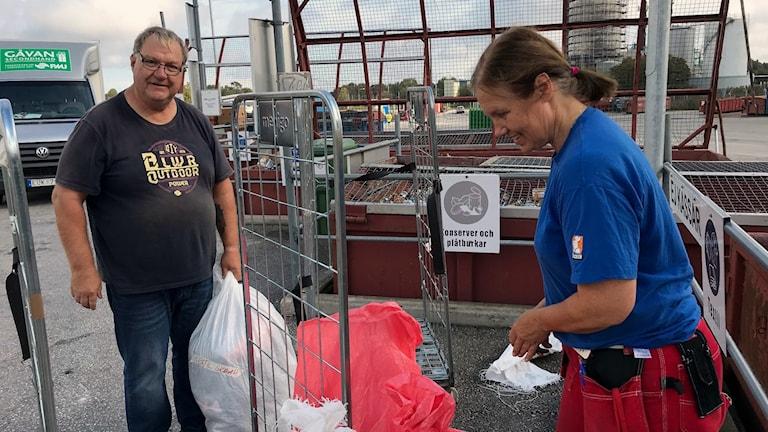 Stefan Ahlberg och Anne Öhman slänger flera säckar kläder och tyger i veckan.
