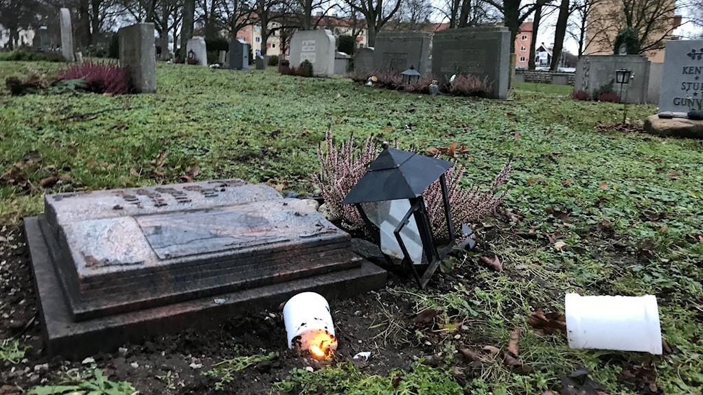 Krossade lyktor vid Södra kyrkogården i Visby.