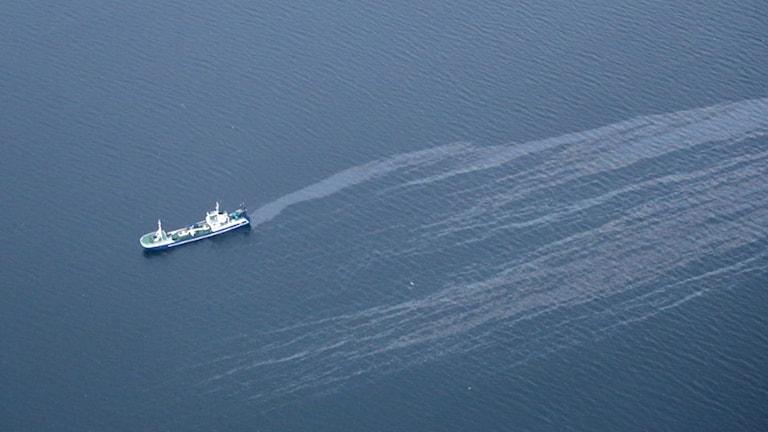 Fiskefartyg läcker olja i Kappelshamnsviken
