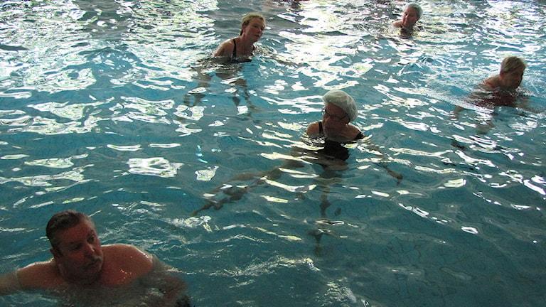 Mona Nylund, längst upp till vänster i bild, går på vattengymnastik på Korpen. Foto: Ulrika Uusitalo-Fernholm/SR Gotland.