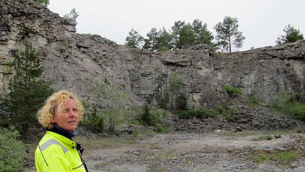 Cementas miljöchef Kerstin Nyberg i gammalt stenbrott. Foto: Karin Brindt/SR Gotland