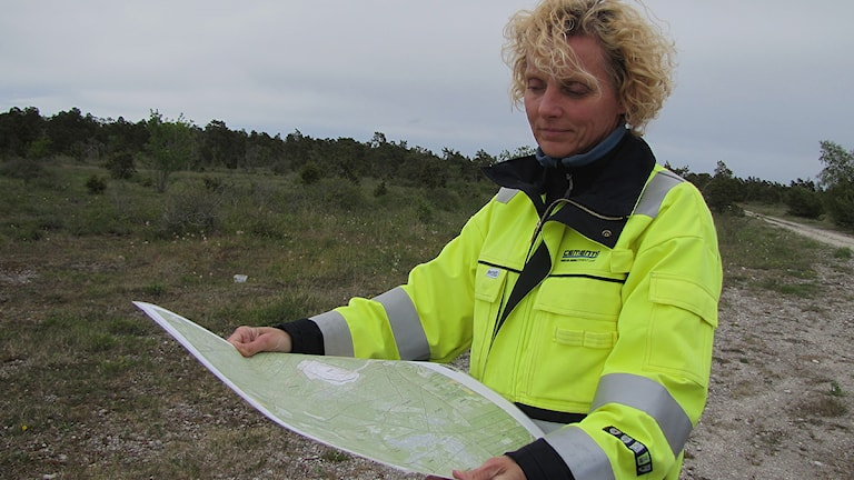 Cementas miljöchef Kestin Nyberg med karta över File Hajdar.