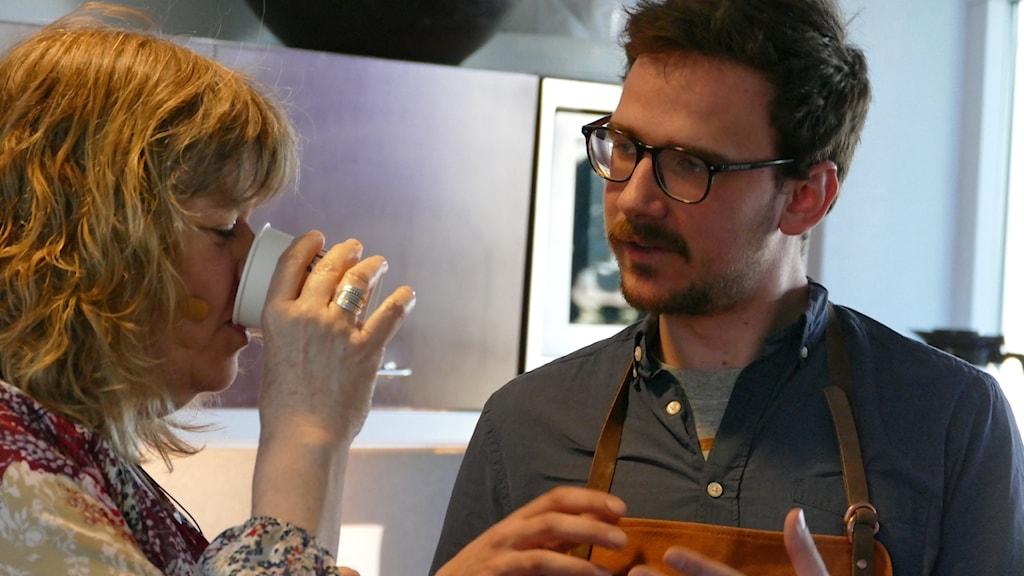 Mari får några kaffetips från Jelle Van Echelpoel
