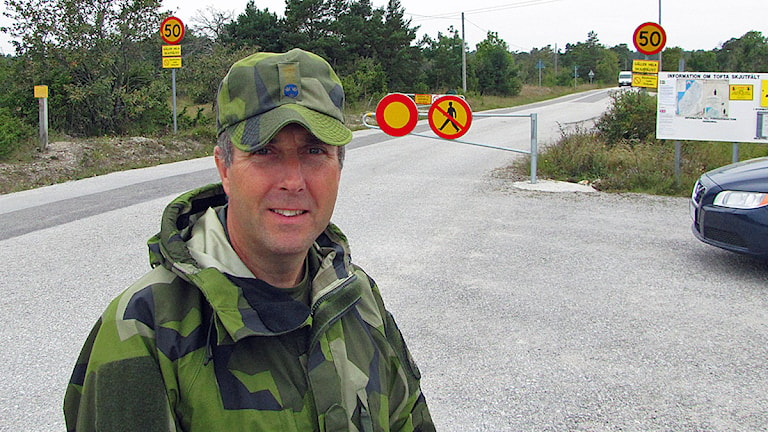 Hans Håkansson chef Gotlandsgruppen framför Suderbysinfarten till Tofta skjutfält