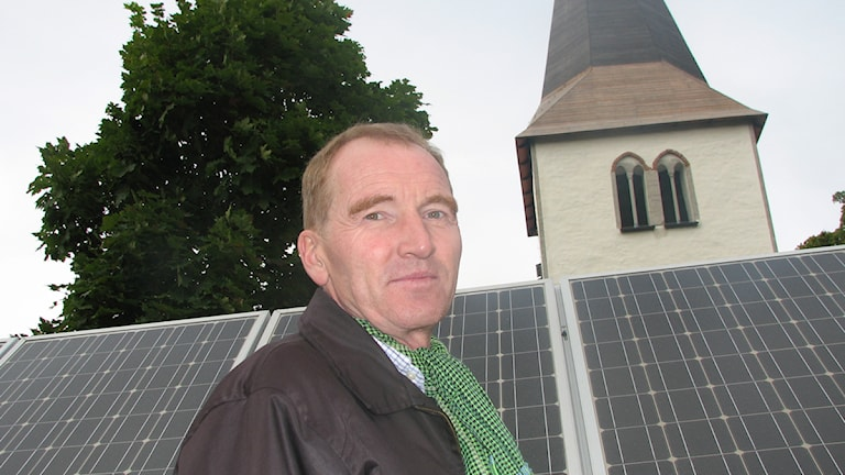 Tor Broström framför Hangvar kyrkas solpaneler. Foto: Ulrika Uusitalo Fernholm / SR Gotland