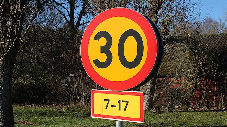 Hastighetsskylt vid skola. Foto: Mika Koskelainen/SR Gotland