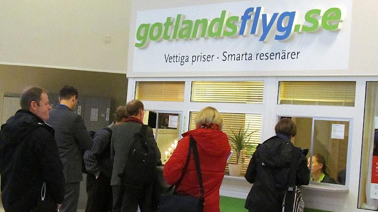 Flygresenärer köar vid Gotlandsflygs lucka på Visby flygplats. Foto: Håkan Erlandsson/SR Gotland