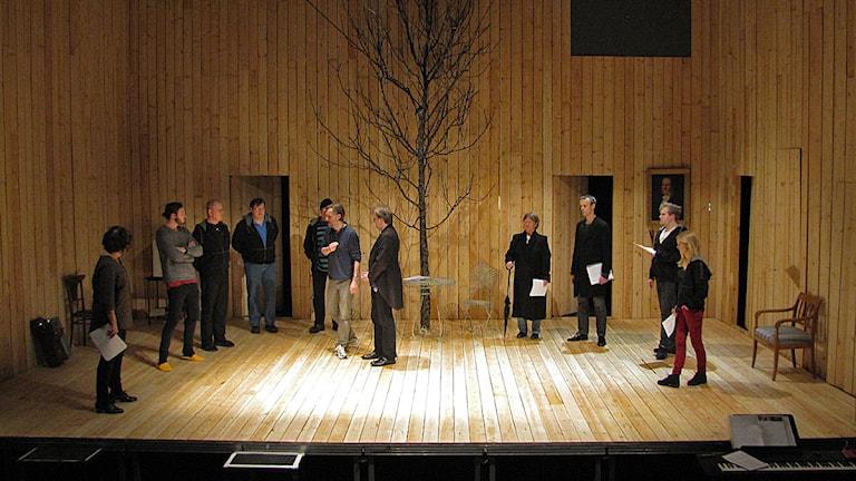 10 personer står på scenen i vårens uppsättning