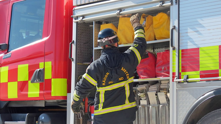 Kontroll av brandbil vid Visby brandstation. Foto: Filip Joelsson/SR Gotland