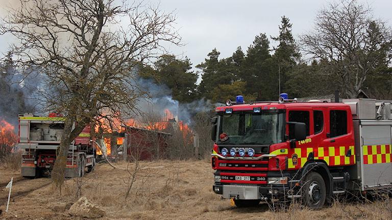 Räddningstjänsten vid ladugårdsbranden i Ala.