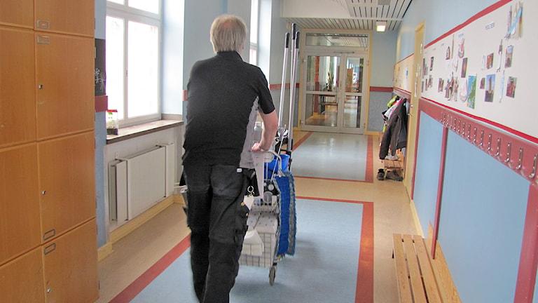 Städare i skolkorridor.