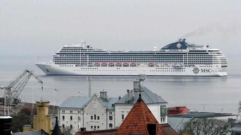 Kryssningsfartyget MCS Poesia utanför Visby. Foto: Henrik Wallenius/Sveriges Radio Gotland