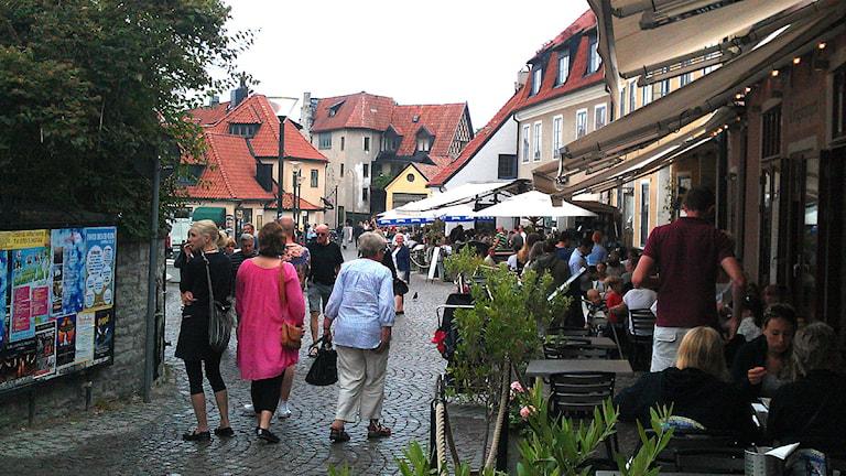 Turister och restauranggäster vid Stora torget i Visby. Foto: Henrik Wallenius/P4 Gotland