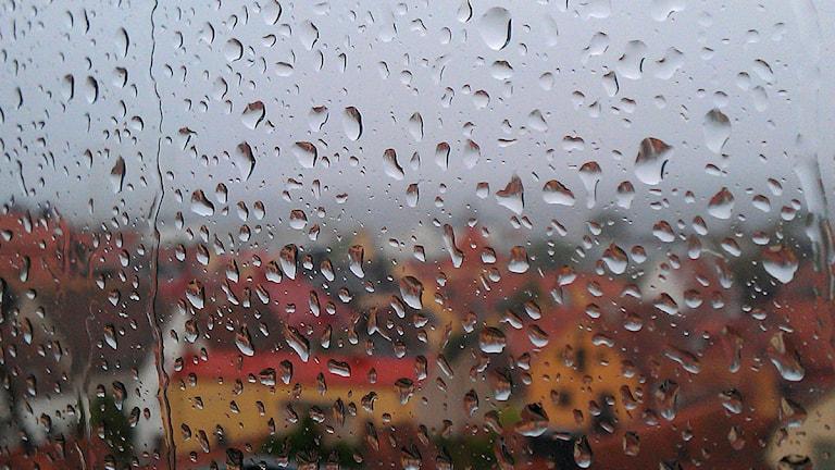 Regnig fönsterruta i Visby. Foto: Henrik Wallenius/P4 Gotland