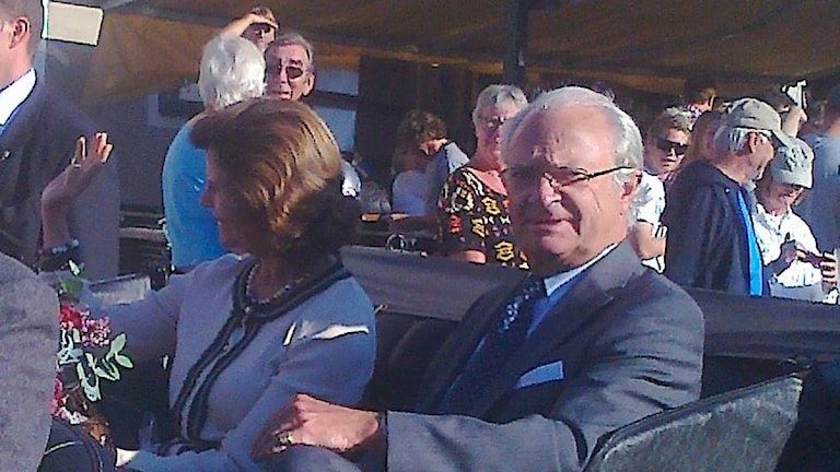 Kungen och drottningen i öppen bil. Lyssnarbild: Petra Friberg