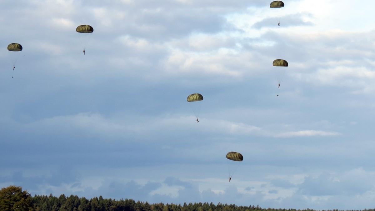Fallskärmssoldater över Gotland.
