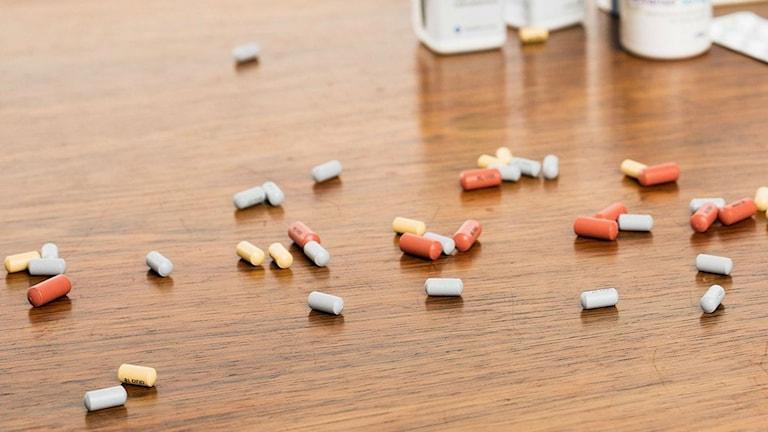 Piller och burkar. Foto: Mattias Ahlm/Sveriges Radio