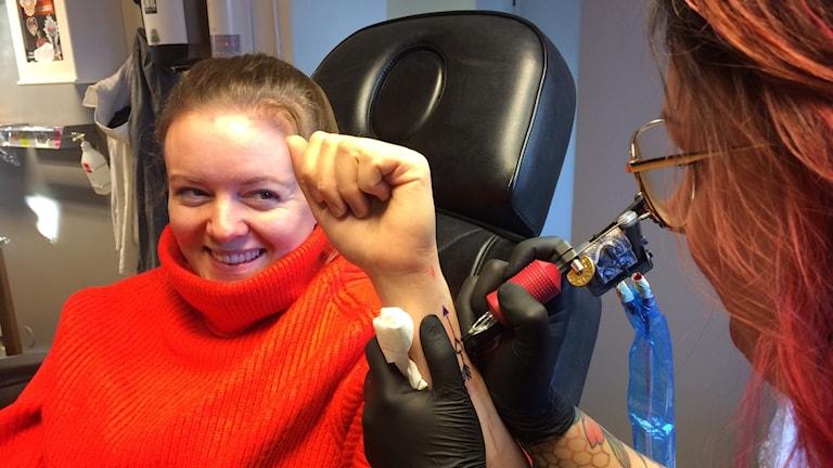 Elvira blir tatuerad